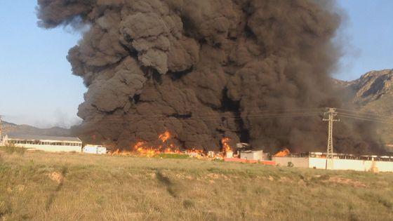 El fuego arrasa la nave de Colchones Rama en la carretera de Jumilla
